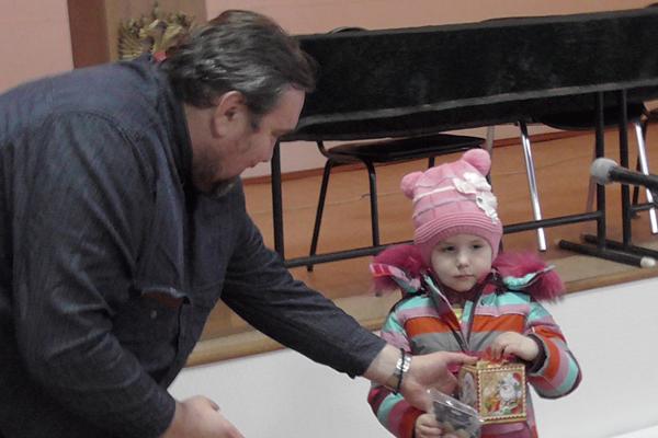 Дети сотрудников ИК-5 получили подарки от Русской Православной Церкви
