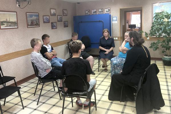 Беседа представителей РПЦ с несовершеннолетними подростками, состоящими на учете в УИИ
